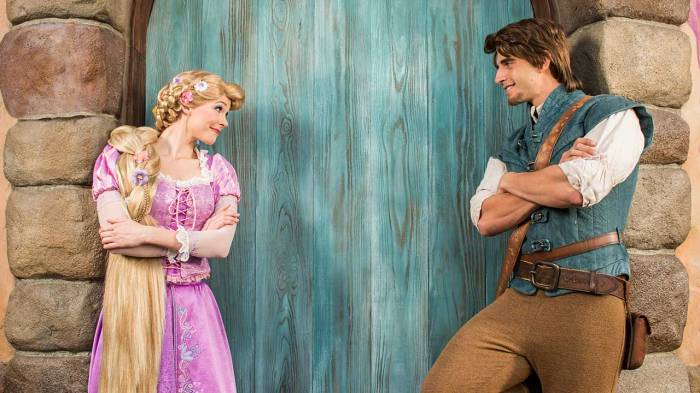 Rapunzel e Flynn no café da manhã com personagens do Trattoria al Forno no Disney's BoardWalk