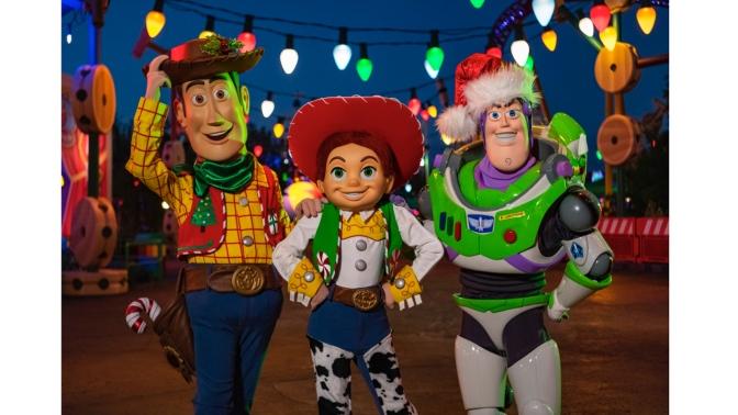 Woody, Jessie e Buzz Lightyear usarão roupa especial durante a temporada de Natal